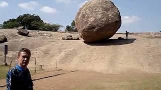 Падающий камень в Махабалипураме (Индия)