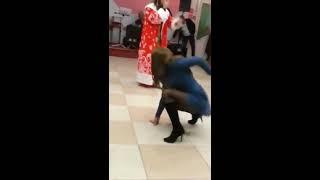 Дикий танец пьяной девушки