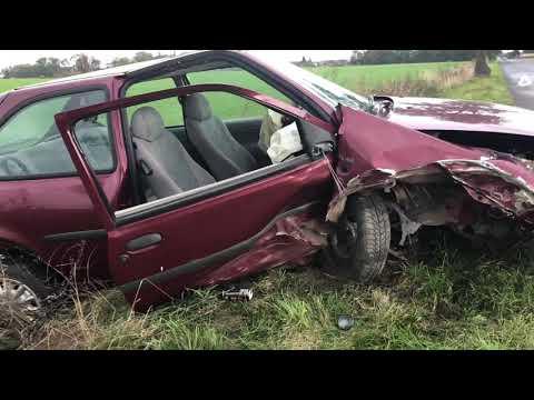 Wideo1: Kierowca forda uderzył w drzewo na trasie Oporówko - Lubonia