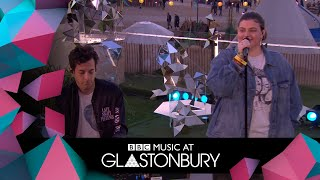 Mark Ronson Performs Don't Leave Me Lonely With YEBBA In Acoustic Session At Glastonbury 2019