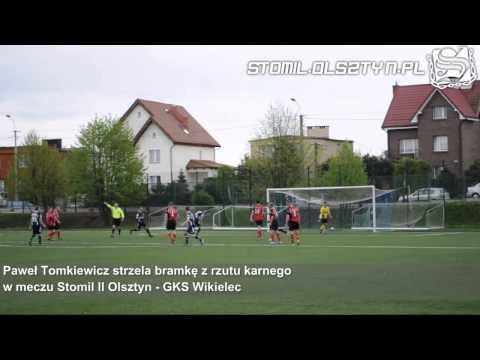 Paweł Tomkiewicz strzela bramkę z rzutu karnego w meczu Stomil II Olsztyn - GKS Wikielec