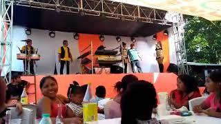 Bailarin se cae del escenario del travieso kumbiambero