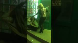 Драка женщин: Удар ногой в голову.