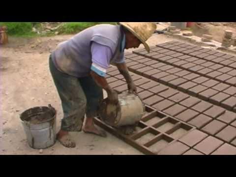 Haciendo ladrillos de barro