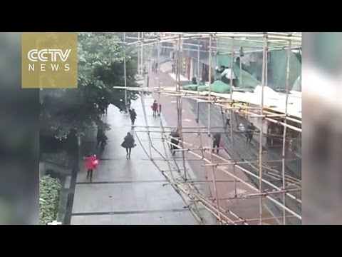 Footage: Crowd lift collapsed scaffolding to save trapped workers