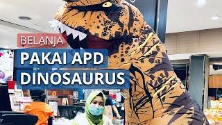 Viral Video Berbelanja di Swalayan Kenakan Kostum Dinosaurus sebagai APD