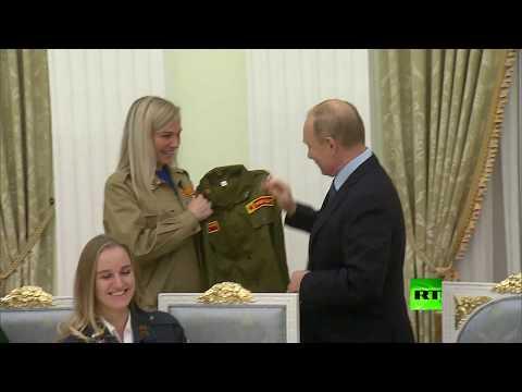 العرب اليوم - شاهد: رواد فرق العمل الطلابية يقدمون للرئيس بوتين هدية قيمة