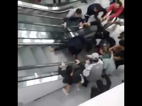 Маленькой девочке зажало обе руки в эскалаторе, общими усилиями люди её спасли