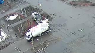 Фургон задел трамвай.ДТП Труфанова/Дзержинского.19.03.17.