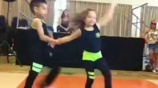 Смотреть онлайн Маленькие дети танцуют сальсу