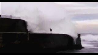 preview picture of video 'Momento en que una ola arrastra a una persona en Ondarroa'
