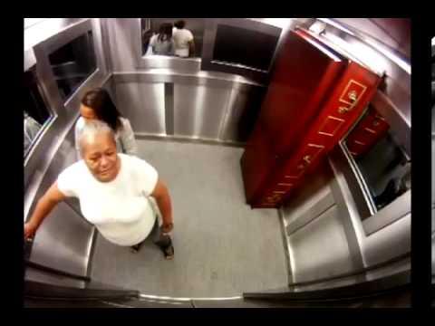 Scherzo in ascensore con la bara e il morto