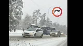 Под Киевом автобус с пассажирами врезался в трактор.  Видео