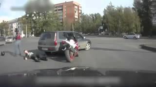 Парень на мотоцикле раскидал двоих автомобилистов