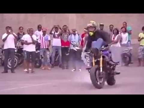 Piloto de moto faz  show de manobras!!