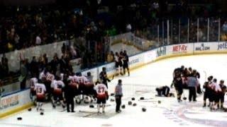 Хоккейный матч полицейских и пожарных превратился в драку
