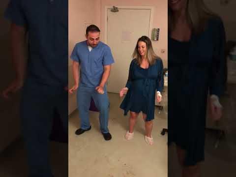 """""""Танцующий врач"""" помогает роженицам безболезненно переносить схватки"""