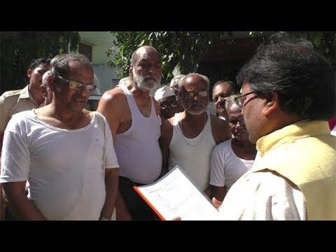पेंशनधारकांचे खासदारांच्या घरासमोर अर्धनग्न आंदोलन