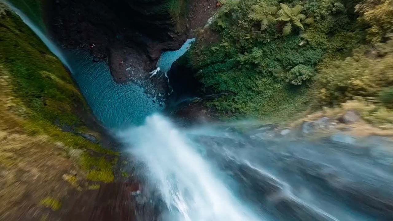 200-метровый водопад в джунглях с беспилотника