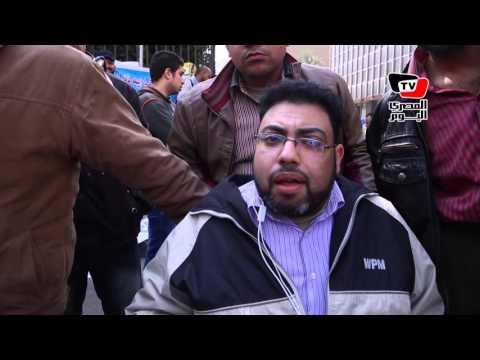 ذوي الإعاقة يحتجون أمام البرلمان و«عكاشة» يستمع لمطالبهم