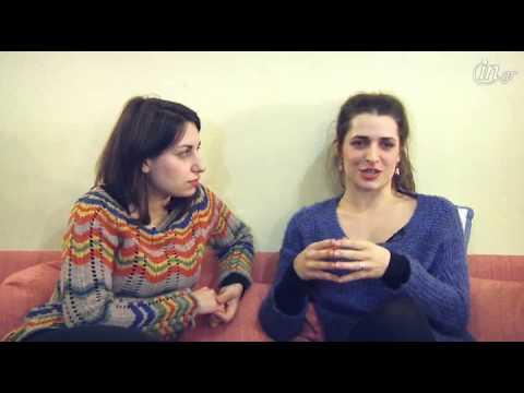 Προεσκόπηση βίντεο της παράστασης Η ΑΛΗΘΙΝΗ ΤΑΥΤΟΤΗΤΑ ΤΗΣ ΤΖΙΝΑ ΝΤΕΪΒΙΣ.