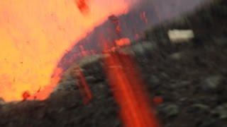 Momento onde cinegrafista escapa após ser atingido por lava de vulcão