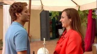 Olivia et Enrique s'embrassent