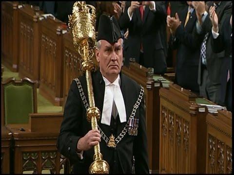 Ovation du sergent d'armes Kevin Vickers, le héros de la fusillade d'Ottawa, ce matin au parlement.