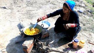 RAJASTHANI WOMEN COOKING FOOD💕VILLAGE LIFE OF INDIA💕RURAL LIFE OF RAJASTHAN/INDIA/VILLAGER LIFE