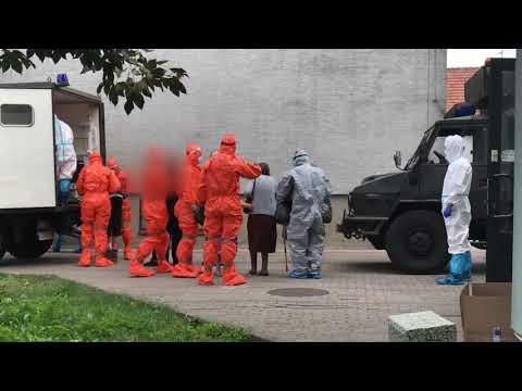 Wideo1: Mieszkańcy DPS Chumiętki zabierani do szpitala w Poznaniu