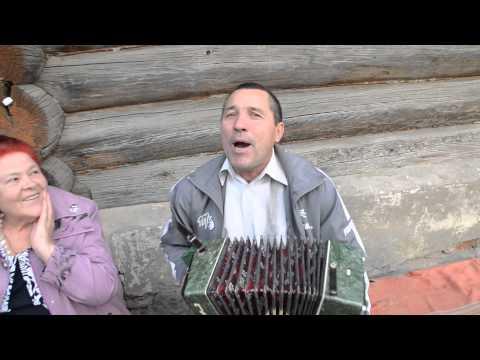 Гармонист Сергей Сегов исполняет песню