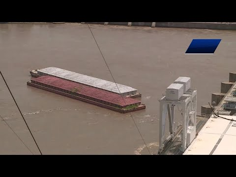 VIDEO: The moment two barges hit the dam