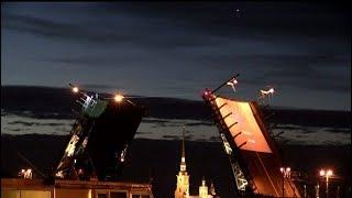45 метров над Невой: канатоходец прошёл «по разведённому мосту»