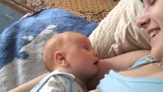 малыш разговаривает с мамой