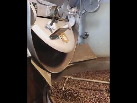 L'aroma intenso e il tintinnio dei chicchi di caffè appena tostati