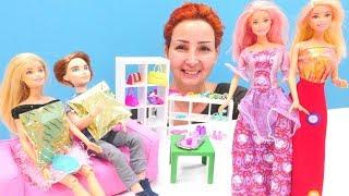 Barbie ve Ken kıyafet seçiyor. Özge'nin mağazasında defile