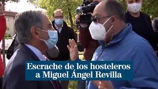 Escrache de los hosteleros a Miguel Ángel Revilla cuando iba a vacunarse