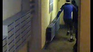 Видео с камеры наблюдения. Ограбление в подъезде.