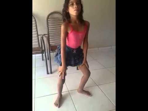 Menina de 08  anos dançando titaco titaco taco