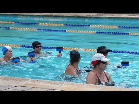 Curtindo o verão e cuidando da saúde: hidroginástica faz a festa de idosos