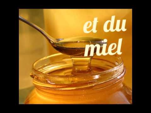 Le masque pour la personne avec le miel nutritif