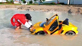 Nikita đi trên xe của trẻ em và bị mắc kẹt trong vũng nước