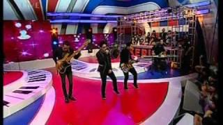 """Kerispatih """"Tetap Mengerti"""", performed di Derings (13/04) (Courtesy TransTV)"""