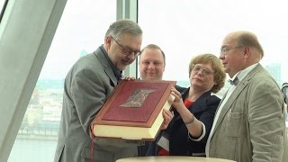 ЛНБ получила в дар полное собрание сочинений братьев Стругацких. MIX TV фото