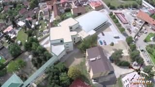 preview picture of video 'FPVPhoto.cz - Přístavba školy a nová tělocvična v Zelenči'