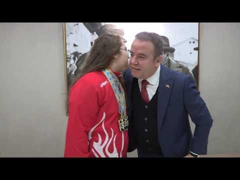 Şampiyon Aleyna'dan Başkan Böcek'e ziyaret