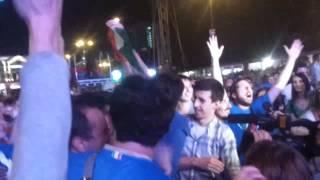 La Gioia Dei Tifosi Italiani Dopo Aver Vinto La Partita Inghilterra Italia Di Euro 2012 Fan Zone