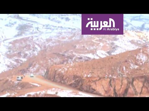العرب اليوم - شاهد: سكان تبوك وضواحيها يتجهون إلى جبل اللوز المغطى بالثلوج