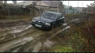 preview picture of video 'Обычная щучинская улица. Волга застряла в грязи.'