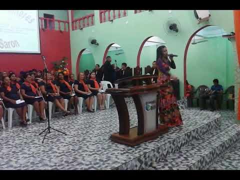 Cantora Altamira na Ministração em Festa do Círculo de Oração